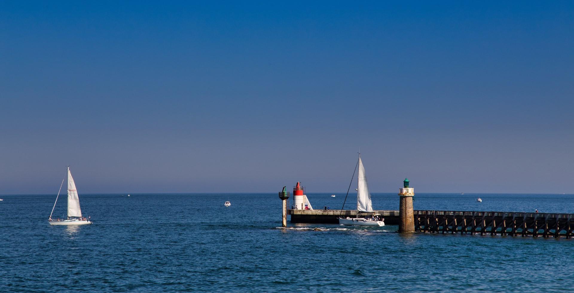 voiliers sortant du port