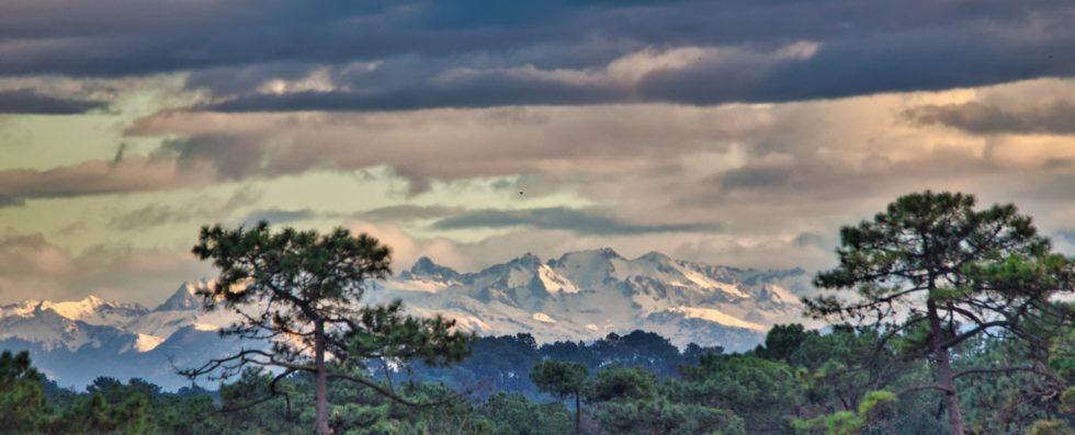 Les Pyrénées enneigées pris depuis Labenne